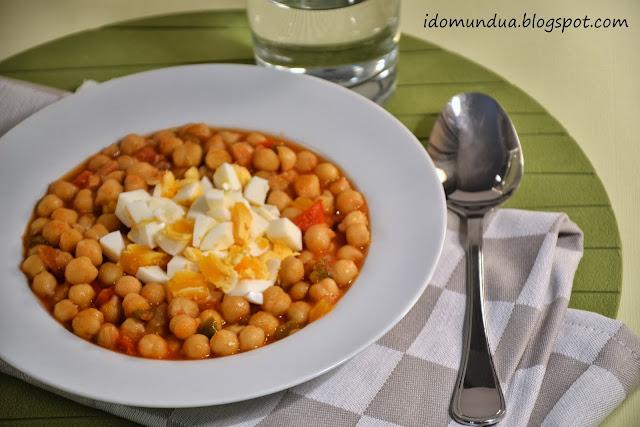 Garbanzos con tomate y huevo