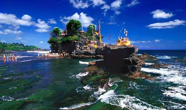 Gambar tempat wisata tanah lot di Bali Indonesia