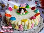 Túrókrémes torta, vaníliás tésztával, citromos túrós krémmel, húsvéti díszítő elemekkel díszítve.