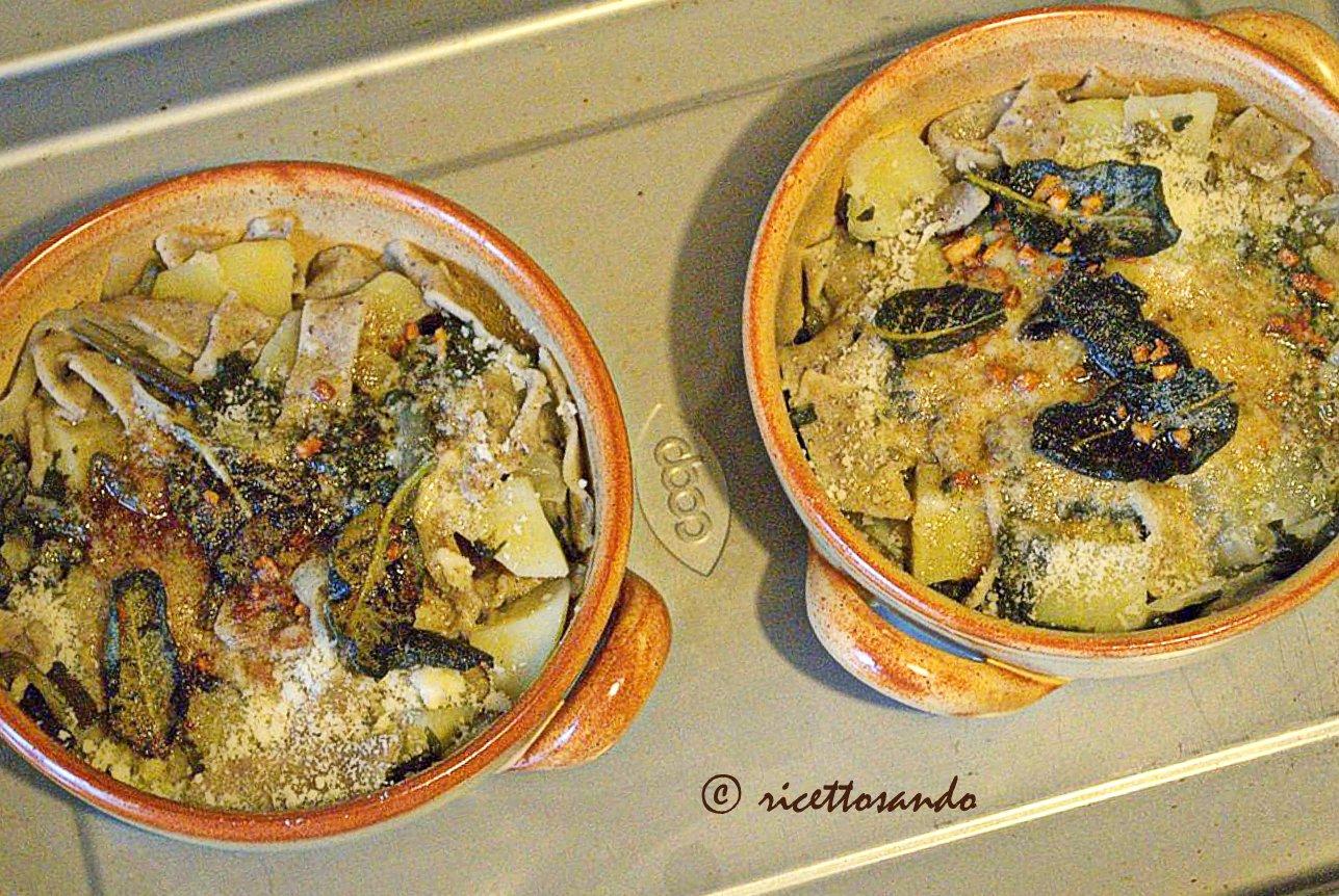 Pizzoccheri valtellinesi ricetta tradizionale inforniamo con burro chiarificato e salvia