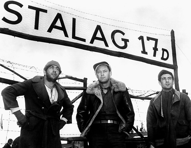 Los actores Robert Strauss, William Holden y Harvey Lembeck frente al set del campo de concentración Stalag 17.