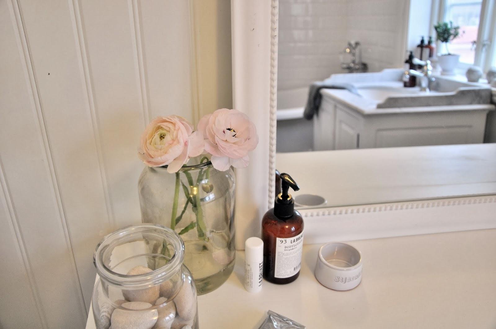 Vita Koksskap : Marias vita bo ny lampa i badrummet