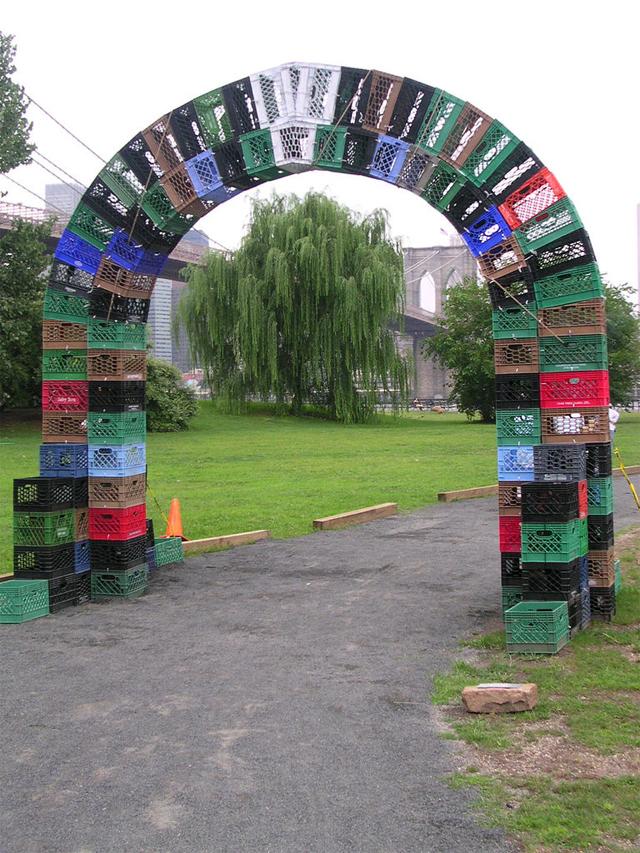 Parque tem portal de caixas plásticas recicladas