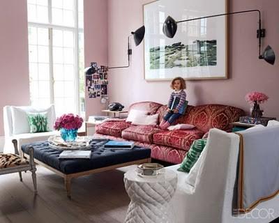 Salon de diseño original y colorido con decoracion vintage de pared y lamparas
