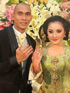 Kiki menikah dengan Markus pada 27 November 2010