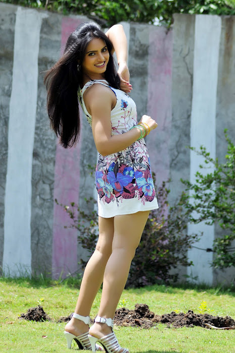 Ritu Kaur Pictures in Short Skirts, Ritu Kaur with her smooth legs