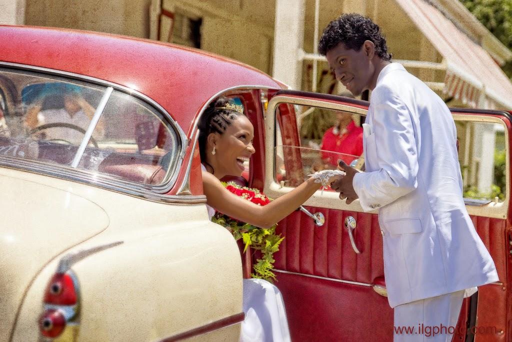 la mariée sort de la voiture, aidée par son époux