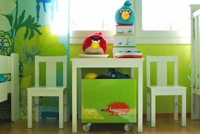 Värikäs lastenhuone - Ikean lastenpöytäryhmä, Micki-lelulaatikko ja Angry Birds
