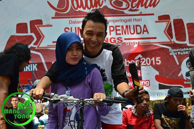 Salah satu peserta yang mendapatkan Sepeda Gunung dan photo bareng dengan bintang tamu dari komedian Daus Separo