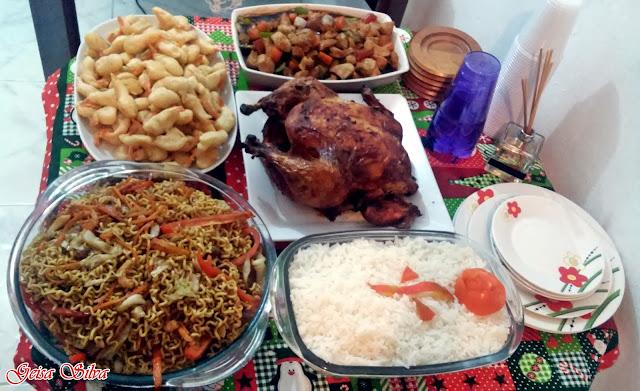 Yakissoba, frango xadrez, camarão empanado, arroz branco e peru.