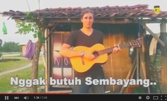 Agama Uang, Lagu Aku Rapopo Versi Bule Sindir Indonesia