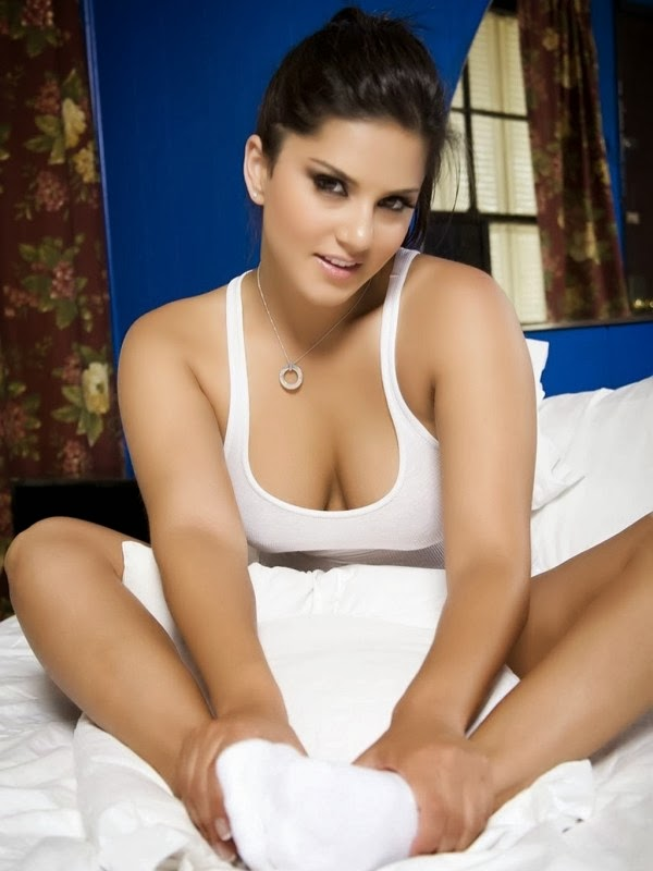 Sunny Leone Hot Pictures In Her Bedroom