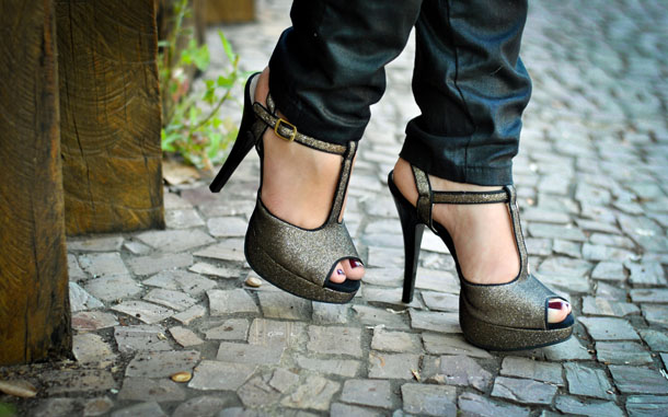 sandália de salto alto com glitter