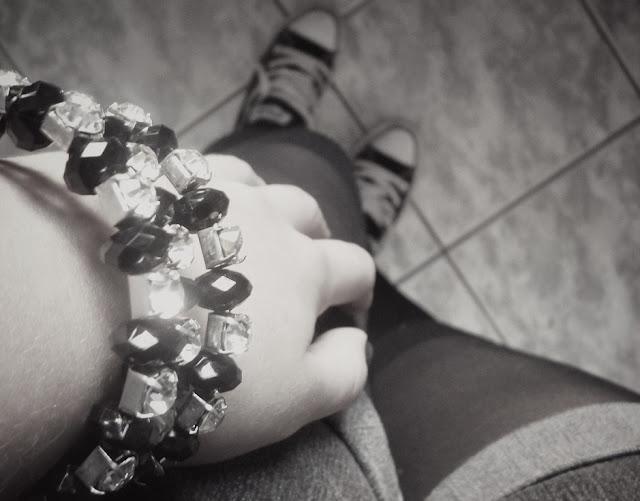 meia 3/4, pulseira preto e branco