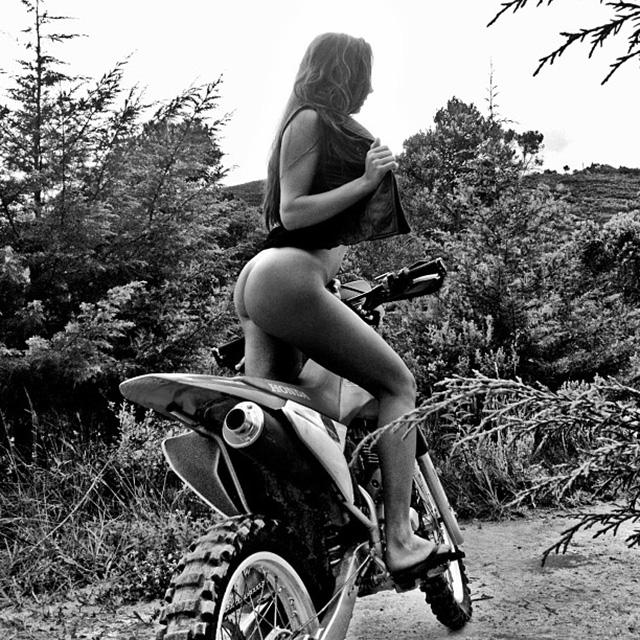 Bianca Borba Nua Em Uma Moto