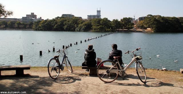 Pareka de ciclistas descansando en el Parque Ohori
