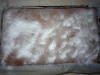 Пирог с черникой: Посыпать сахарной пудрой