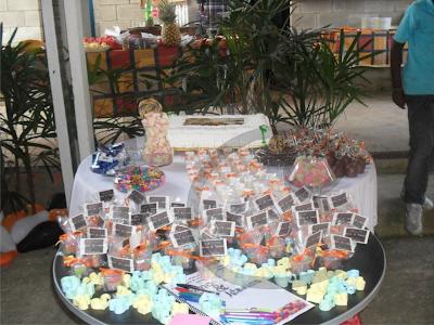 mesa de doces e lembrancinha