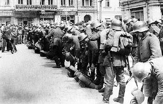 Немецкие оккупанты за ранение германского солдата расстреливали десять первых попавшихся жителей Киева и артиллерийским огнём уничтожали целое село за убитого в нём немца
