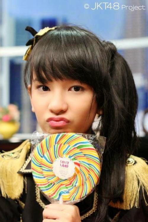 Foto Beby Chaesara Anadila JKT48 Membawa Permen Lolipop