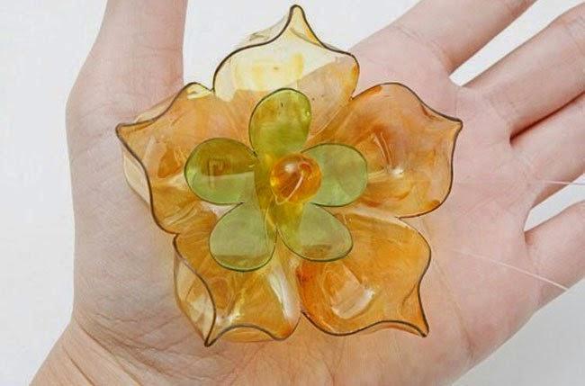 DIY: Flores con fondos de botellas plásticas