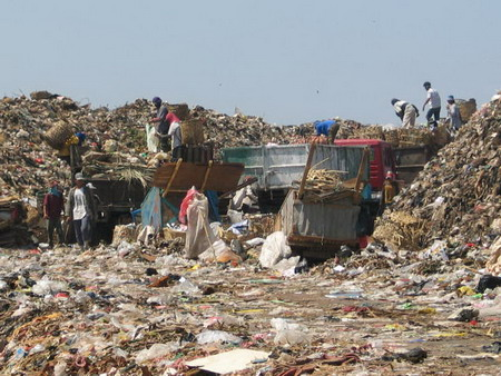 timbunan sampah bantar gebang