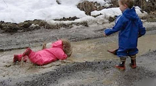 funny picture: child falls in puddle