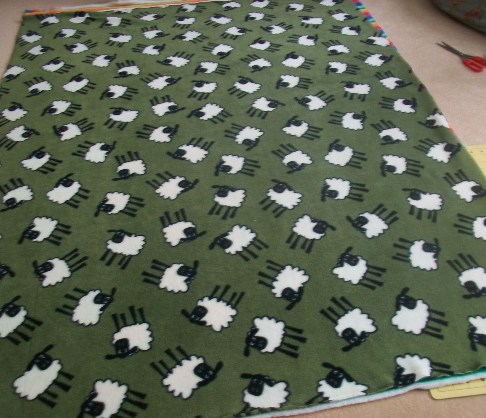 how to set and do a no sew blanket How to sew a huge and cozy blanket weather is kind of freezing right now the blanket is quite easy to sew, but does take a lot of time basically you have to cut a bunch of triangles a sew them together from this point you have to do the same thing to sew a second row of 10 triangles.