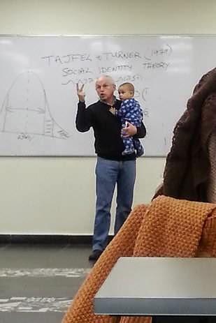 Le bébé de son élève pleure en plein cours, voici la réaction du prof