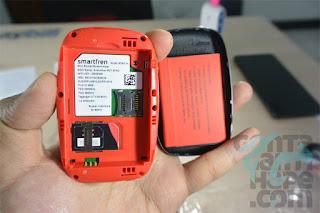 Smartfren 4G Mi-Fi Andromax M2Y - slot simcard dan micro-SD terdapat di bawah baterai