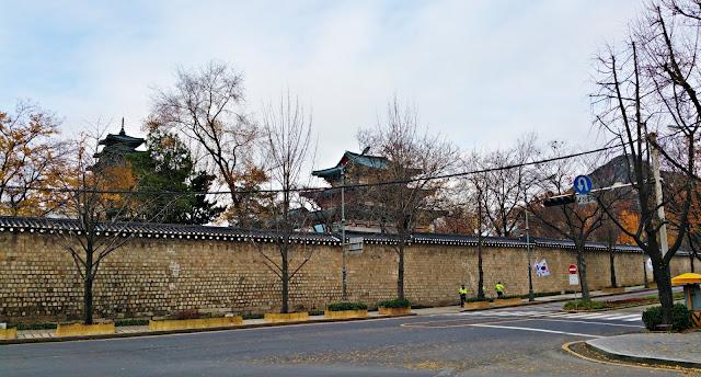 Stone wall surrounding Gyeongbokgung Palace. | www.meheartseoul.blogspot.com