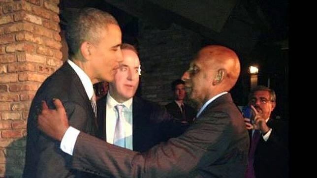 """El Presidente de Estados Unidos, Barack Obama, saluda al """"opositor"""" cubano Guillermo Fariñas"""