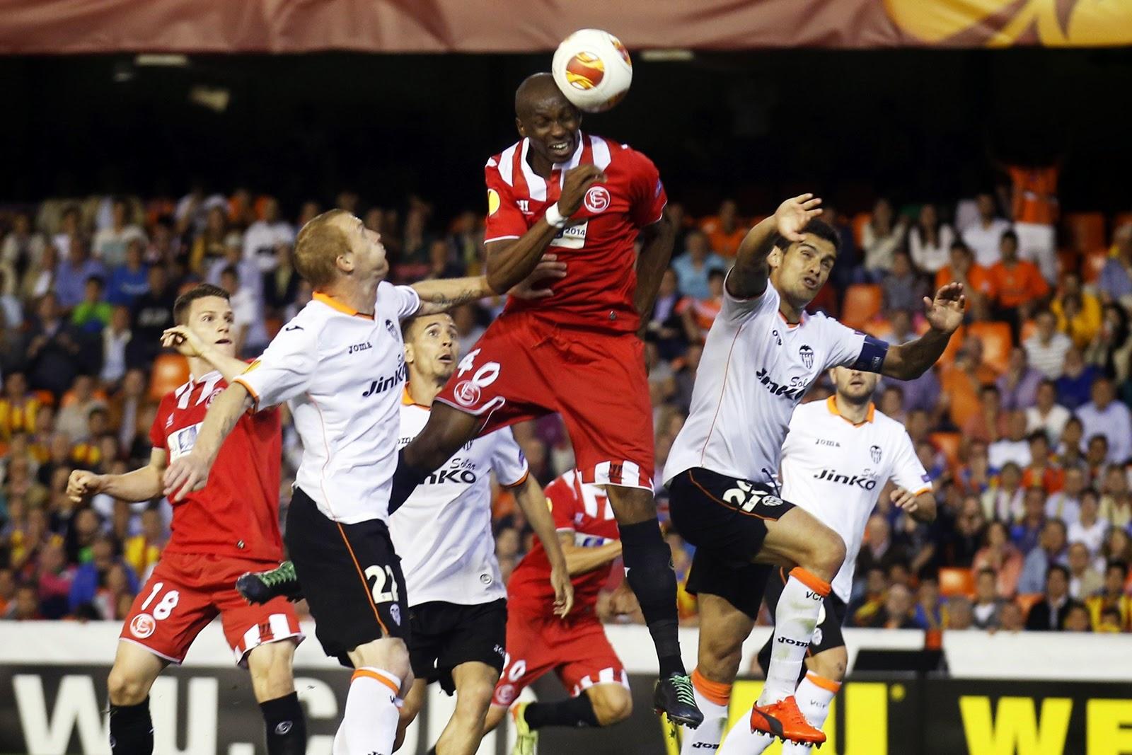 Cabezazo de M'Bia en el descuento frente al Valencia que supuso el gol que clasificó al Sevilla FC para la final de Turín