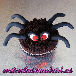 Cupcake con forma de araña decorado con icing de chocolate y fondant