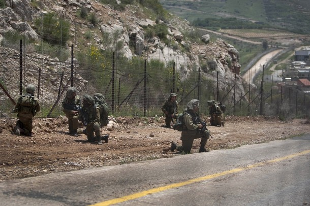 israël Israeli+soldiers+patrol+along+the+border+fence+between+the+Israeli-annexed+Golan+Heights+and+Syria+next+to+the+Druze+village+of+Majdal+Shams+%25285%2529