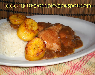 Pollo al curry con platano e riso