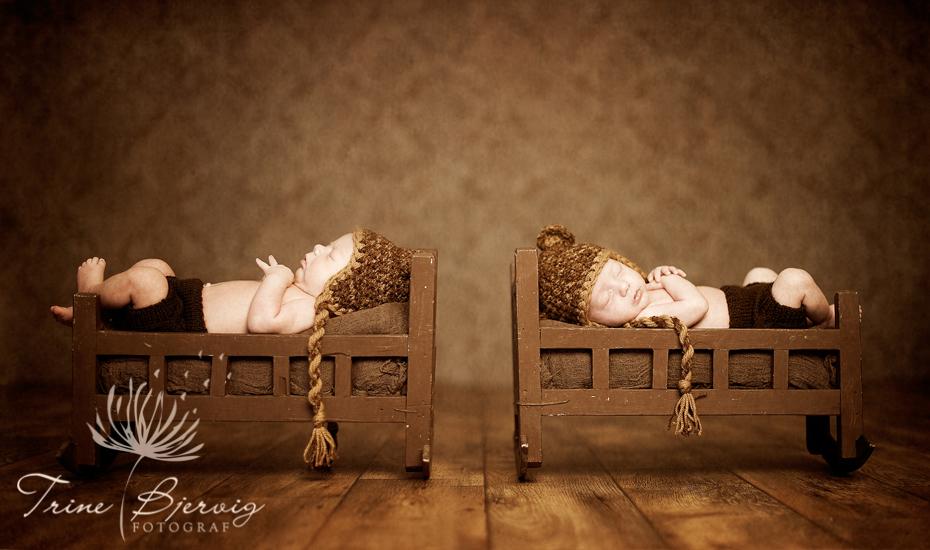 Nyfødtbilder av sovende tvillinger fra Horten, to gutter, fotografert av nyfødtfotograf Trine Bjervig, Tønsberg
