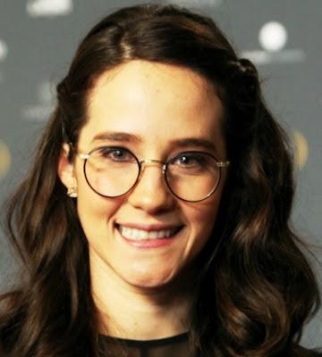 Ximena Sariñana con anteojos y bella sonrisa