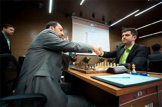 Ronde 5 : Poignée de main entre le Russe Peter Svidler et le Bulgare Veselin Topalov pour une partie sans concession. Résultat : 1-0 - Photo © ChessBase