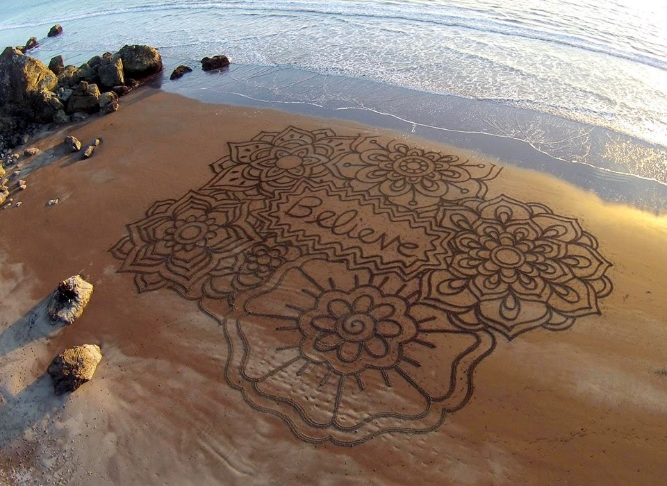 02-Andres-Amador-Magic-in-the-sand-Drawings-www-designstack-co