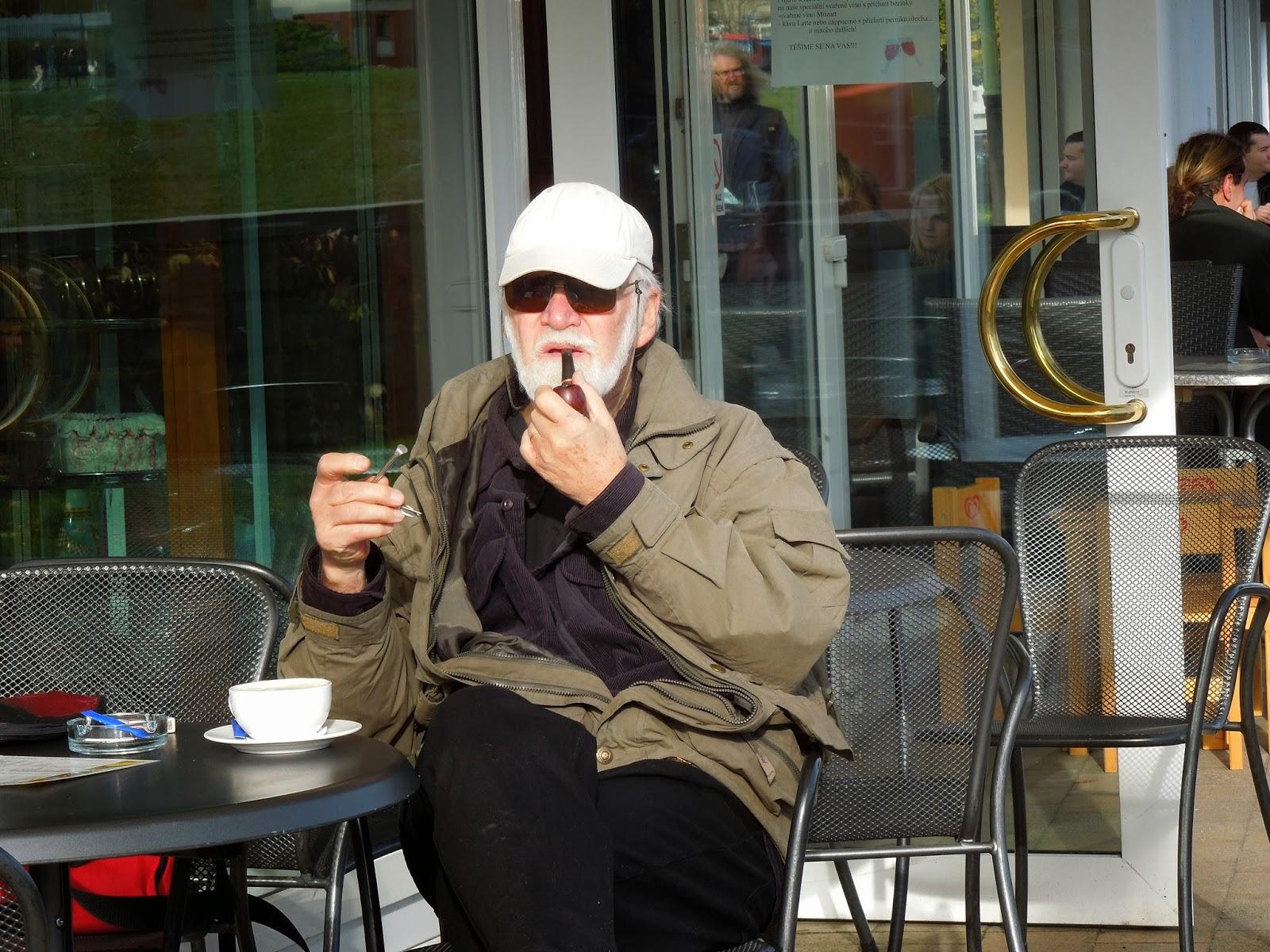Káva s napěchovanou dýmkou