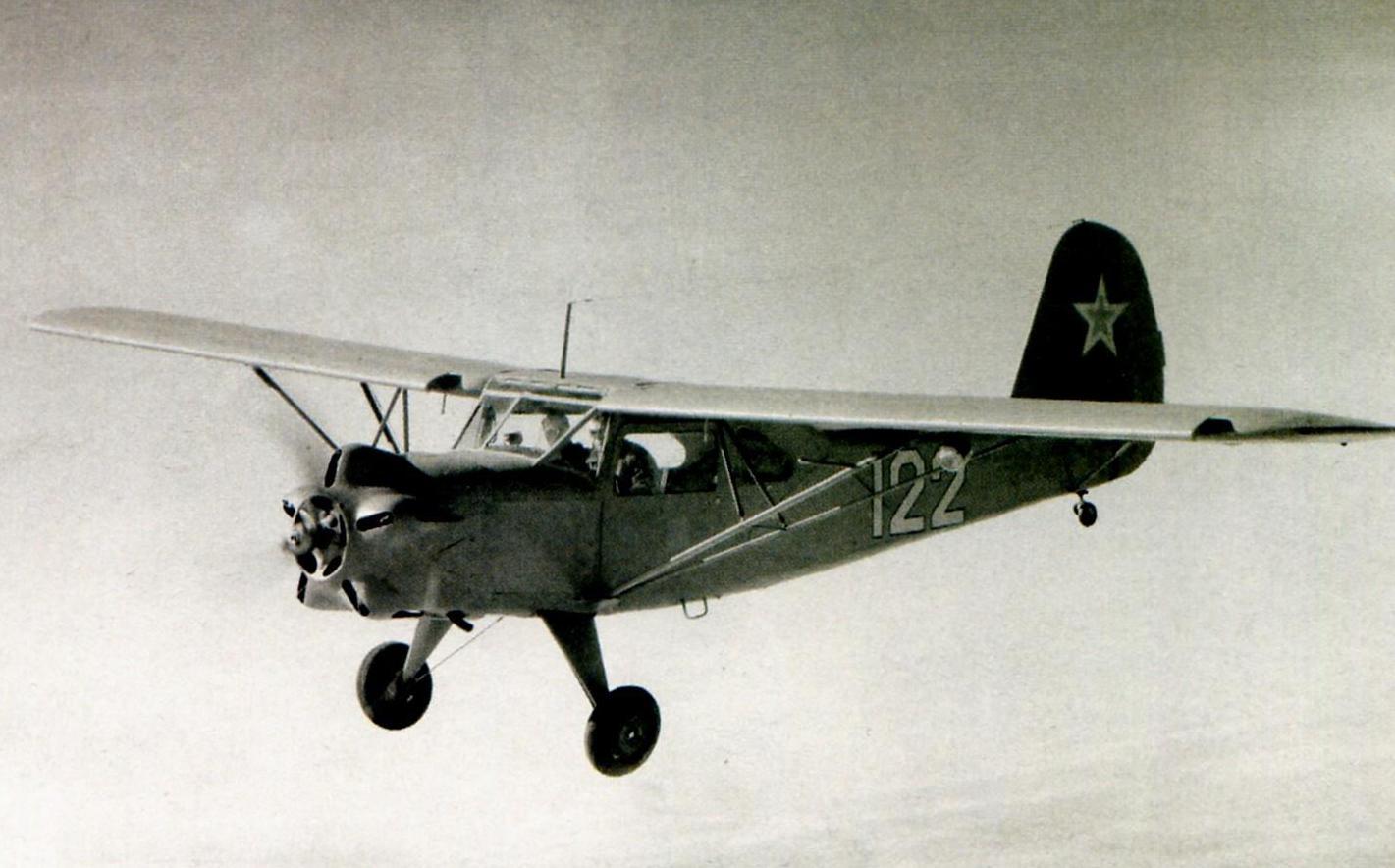 Один из первых серийных Як-12 в полете
