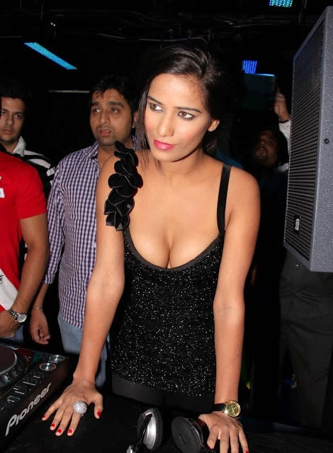 poonam pandey deep erotic cleavage pics