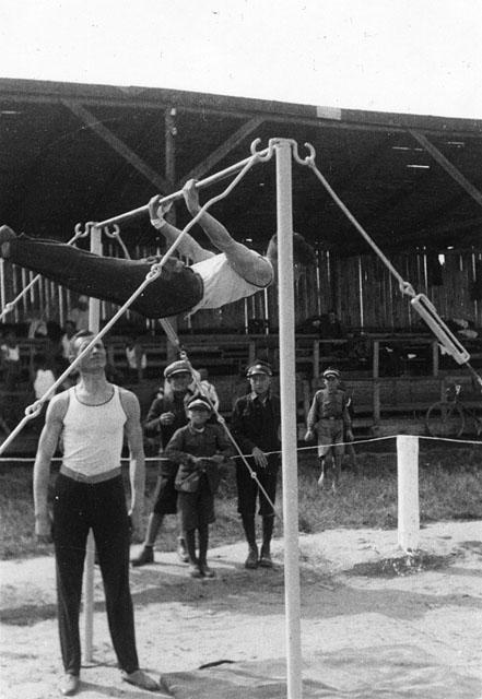 Końskie, popisy gimnastyczne. Fotografia z początku lat trzydziestych XX wieku. Fot. z kolekcji KW