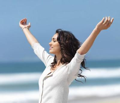 كيف تتصالحين مع نفسك وتكونى اكثر تفاؤل وإقبال على الحياة - امرأة فتاة سعيدة فرحانة مبسوطة - girl-happy-woman