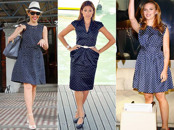 Combinar vestido azul con lunares blancos