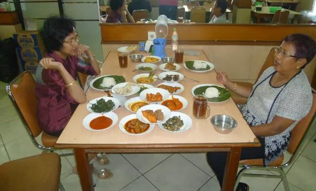 La comida Padang en la mesa