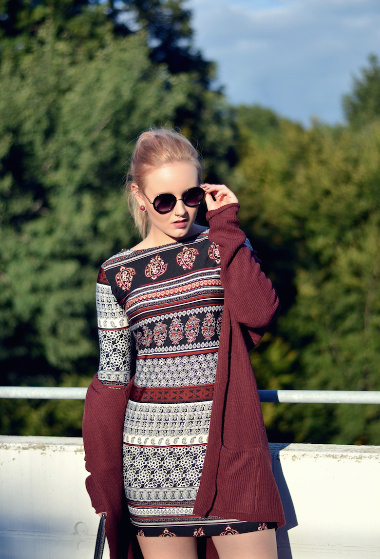 Outfit_Folklore_9_Shades_of_Style_Blogger_Kleid_Muster_bordeaux-_roter_Cardigan_runde_Sonnenbrille_Fransentasche_ViktoriaSarina