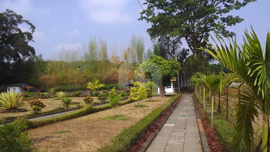 Ini merupakan jalur pedestrian/pejalan kaki serta taman di kompleks Candi Badut Malang.