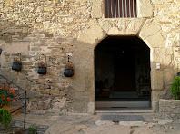 Detall de la porta d'accés a l'Oliver, d'arc rebaixat i brancals de pedra